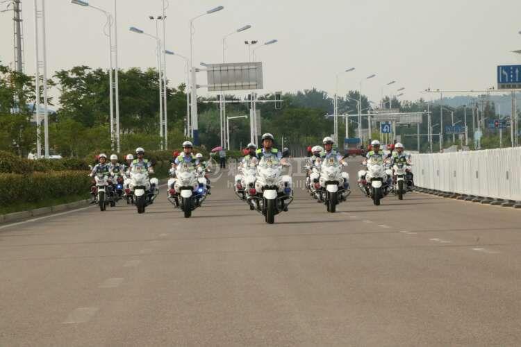庐江交警铁骑队首次亮相城东新区,开创交警勤务巡逻新机制,为市民出行保驾护航。