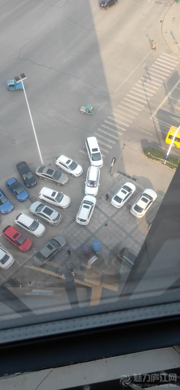 牛人!潜兴大厦楼下几个车主如此行车,谁也别想走了